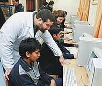 Escolares aprenden lenguaje con internet